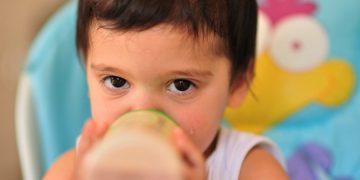 ome si riscalda il latte materno o artificiale nel biberon?