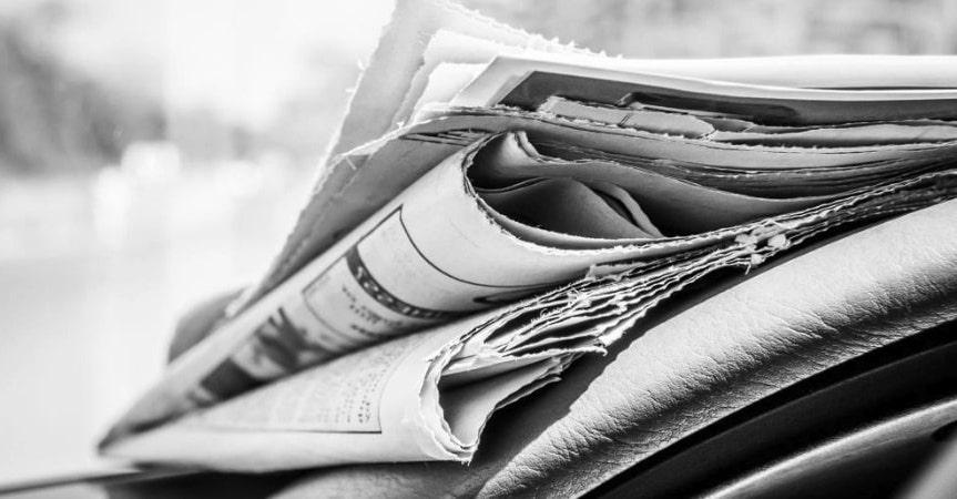 giornali cartacei impilati