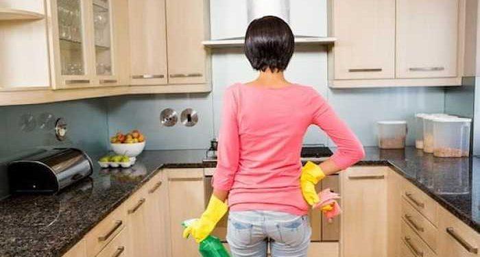 donna pulisce cucina