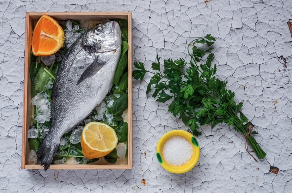 togliere puzza pesce frigo