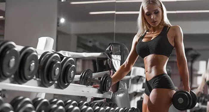 bella ragazza fa fitness
