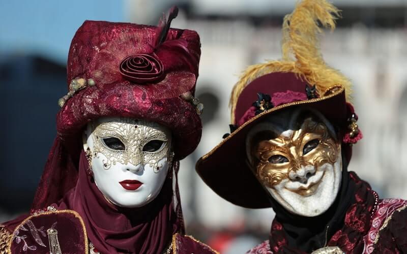 Maschere carnevale con cappello rosso