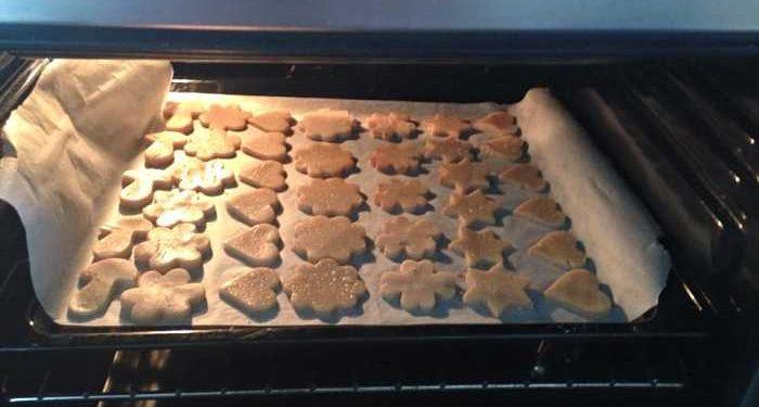 teglia di biscotti in forno