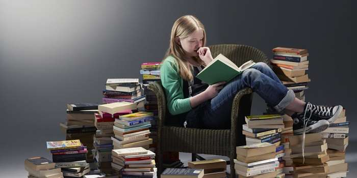 ragazza legge libro