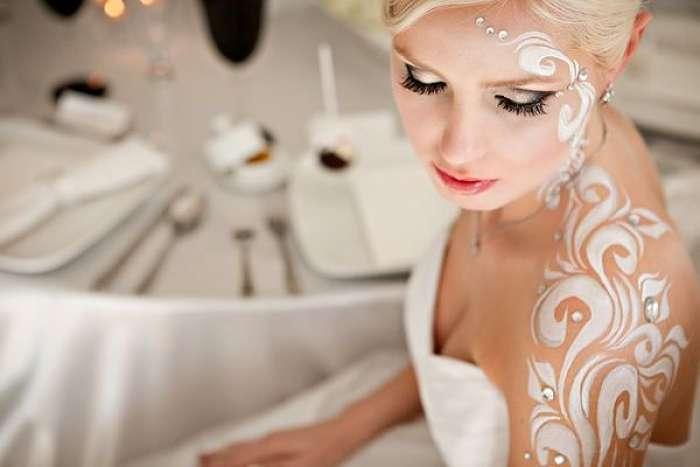 sposa truccata con handpainting