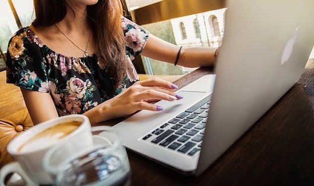 ragazza giornalista freelance