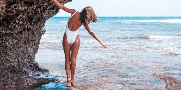 ragazza cammina in acqua