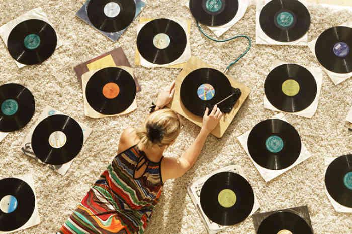 ragazza colleziona dischi