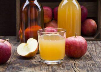 mele e bicchiere di sidro