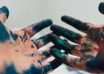 come eliminare inchiostre mani
