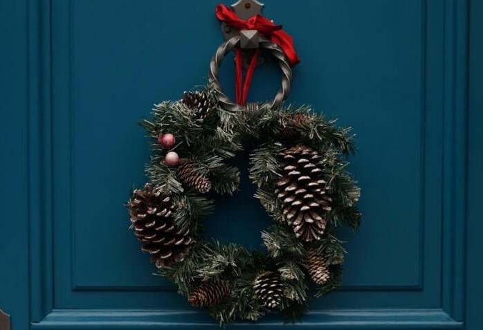 Ghirlanda natalizia con pigne