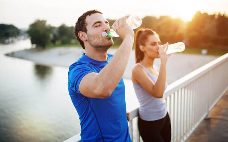 Sportivi bevono acqua