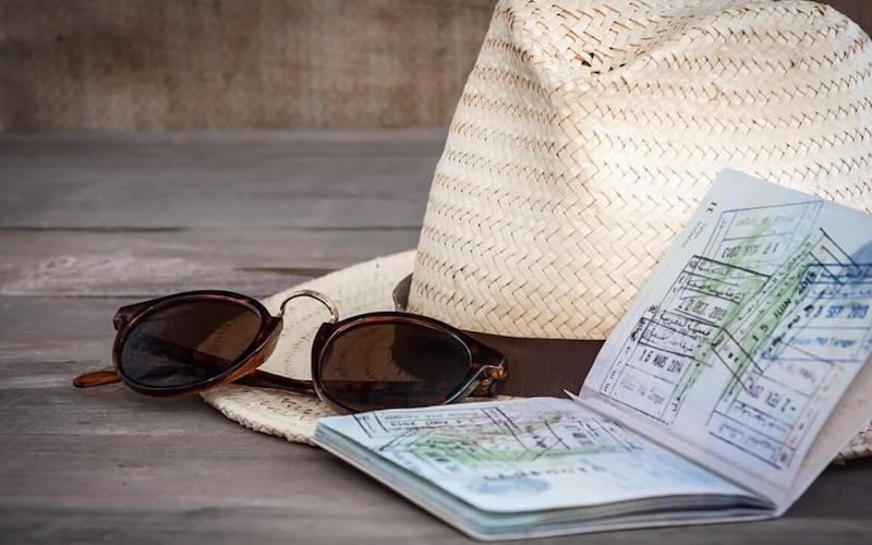 occhiali e passaporto