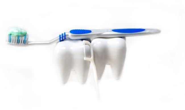 pulire dentiera spazzolino