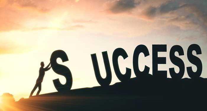 uomo sposta S per successo
