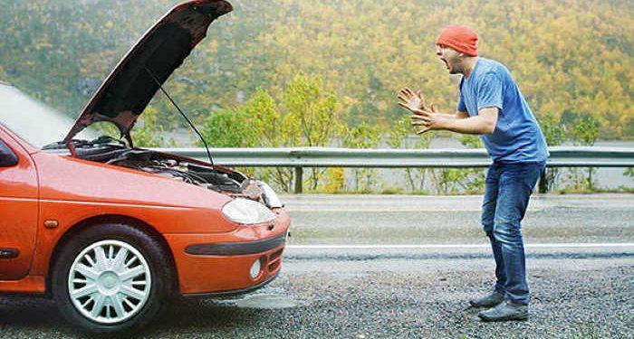 automobilista infuriato auto in panne