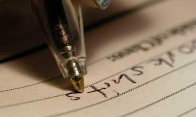 penna scrive su un foglio