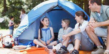 famiglia fa le vacanze in campeggio
