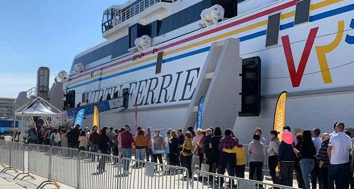 turisti salgano su nave