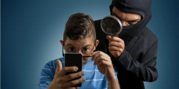 hacker controlla telefono