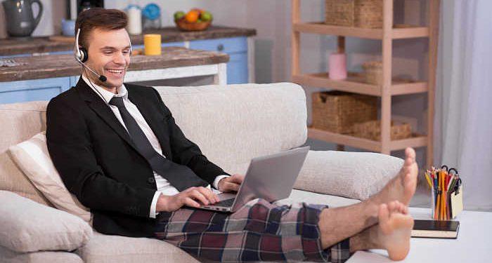 ragazzo lavora in pigiama