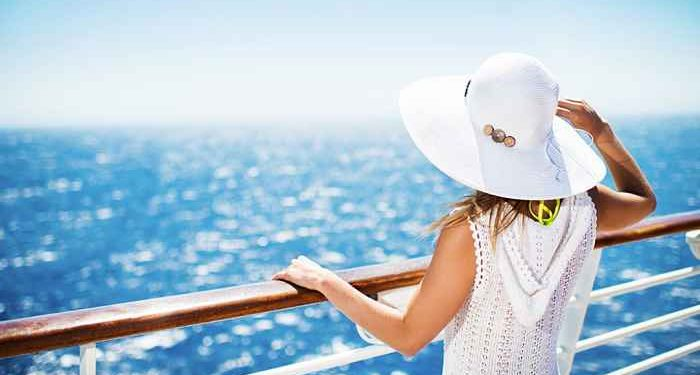 donna guarda il mare da ponte nave
