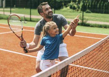 bambina impara a giocare a tennis