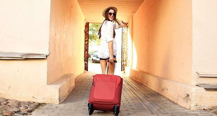 ragazza con valigia in vacanza