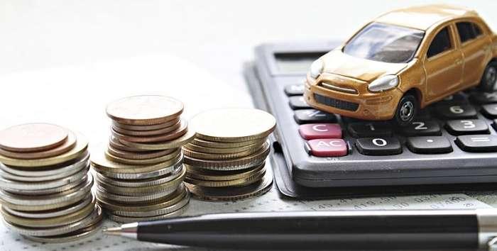 modellino auto e calcolatrice